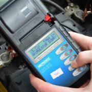 Dlaczego warto mierzyć napięcia akumulatora?